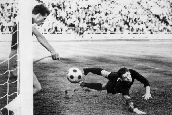 Fußball Leipzig historisch Europapokal 1964BSG Chemie - Vasas Györ 0:2Krause rettet für GüntherFoto: Westend-Presseagentur/Schröter