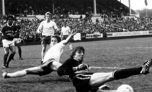 Fußball, Leipzig, Historisch, BSG Chemie Leipzig, 80er Jahre  Chemie gegen FC Carl Zeiss Jena 0:1 Dieter Gosch verpasst vor Torwart Grapenthin  Foto: picture point